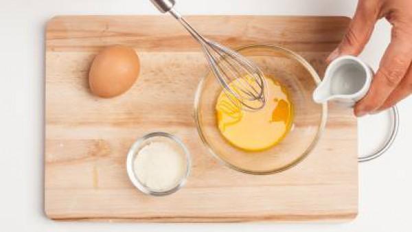 Pela la escarola en rodajas y, en una sartén, dórala con un poco de aceite de oliva virgen extra durante unos minutos . A continuación, añade el Caldo Casero de Carne 100% Natural y continua la cocció
