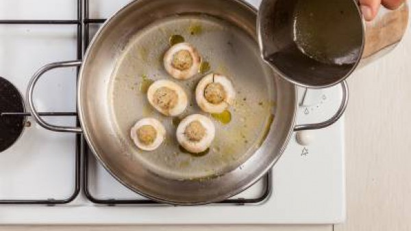En una sartén, saltea las setas rellenas. A continuación, cúbrelas con Caldo Casero de Pollo 100% Natural y cocínalo durante 15 minutos. Antes de servir, espolvorea las setas con queso parmesano y pon