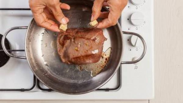 En una olla, dora la carne en 1 cucharada de aceite de oliva virgen extra durante unos 10 minutos . A continuación, agrega la pastilla de Avecrem Dúo Guisos de Carne y el Tomate Frito Gallina Blanca.