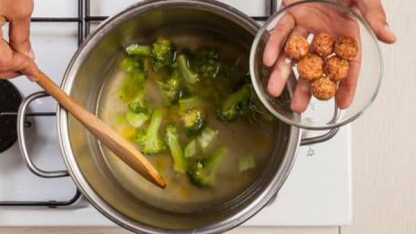 Cocina las albóndigas en el caldo de la cocción del brócoli durante unos 8 minutos. Sirve el plato con los picatostes.
