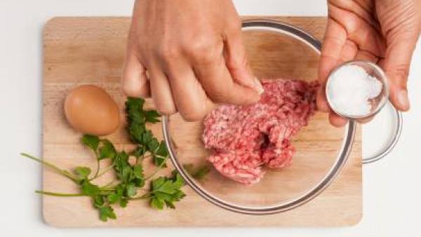 Mientras tanto, en un bol, prepara las albóndigas con la carne picada, agrega 1 huevo batido, sal, pimienta y un poco de perejil fresco. Remueve la mezcla de modo que quede bien mezclada; forma bolas