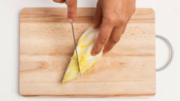 Prepara la masa de la empanadilla mezclando con harina, aceite de oliva, agua y sal. Trabaja enérgicamente durante unos minutos hasta que la masa esté suave y brillante.