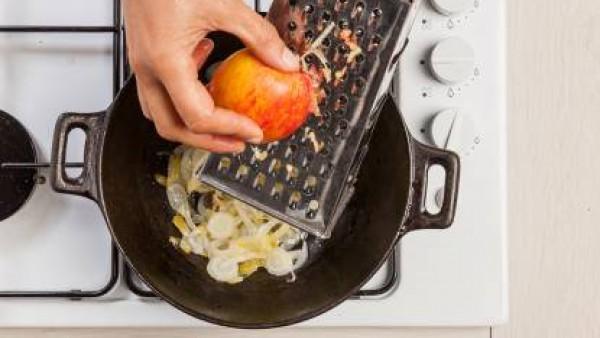 Lava y corta la endivia. En una sartén, dórala con un poco de aceite de oliva virgen extra, a continuación, añade la manzana rallada. Incorpora luego el caldo, una pizca de sal y pimienta; cocina dura