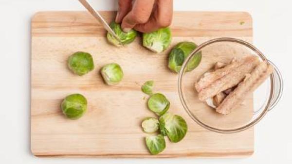 Lava y limpia las coles de Bruselas. Por otra parte, elimina la espina de los filetes de caballa, colócalos en un bol y deja drenar el exceso de líquido.