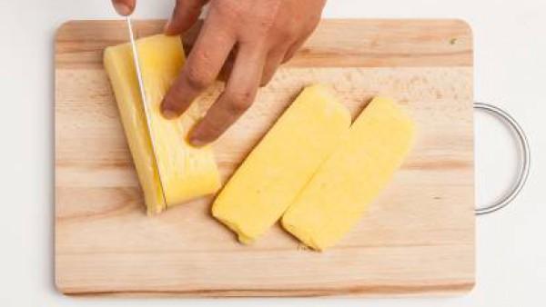 Mientras tanto, corta la polenta precocida en rebanadas con el espesor de alrededor de 1/2 cm.