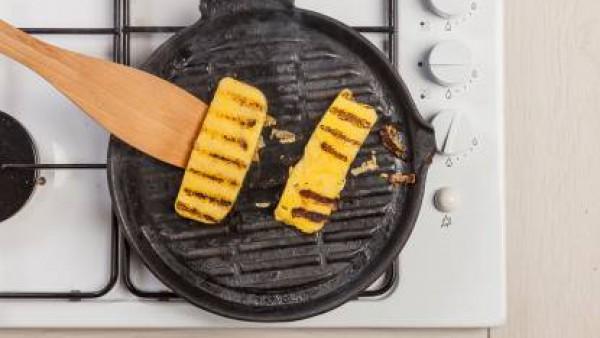Dora las rebanadas de polenta a ambos lados en una sartén. Sirve caliente.