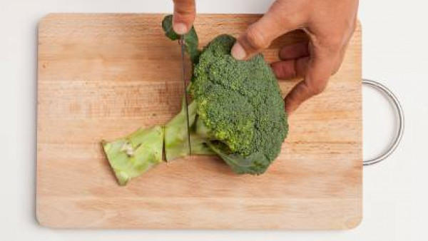 Pela y lava el brócoli; luego divídelo en pedazos. Corta la salchicha en trozos. En una cacerola grande, prepara la polenta de acuerdo a las instrucciones del paquete (normalmente el tiempo de cocción