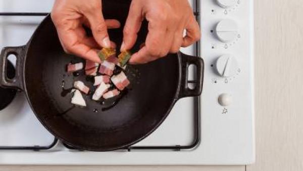 En un wok, fríe el tocino con el aceite de oliva. Añade el Avecrem y luego las cebollas. Después de unos minutos, añade los tomates en trozos y la salvia.