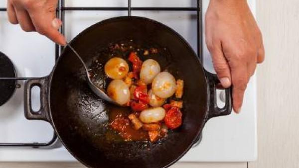 Mezcla bien y luego cocina en una olla tapada durante 12 minutos. Antes de servir, sazona con pimienta y espolvorea con pan rallado.