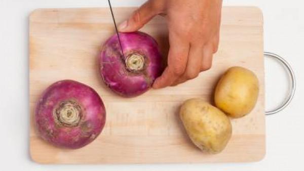 Pela las patatas y córtalas en trozos; lava los nabos y córtalos en cubitos. En una sartén, cocina las patatas y los nabos con 1 cucharada de aceite de oliva, y una pizca de pimienta recién molida neg