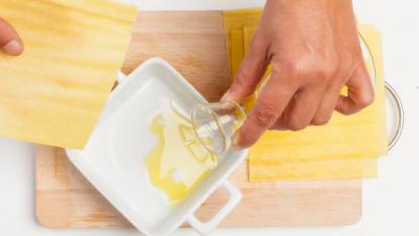 Dispón las placas de lasaña previamente hidratas en un recipiente con aceite.