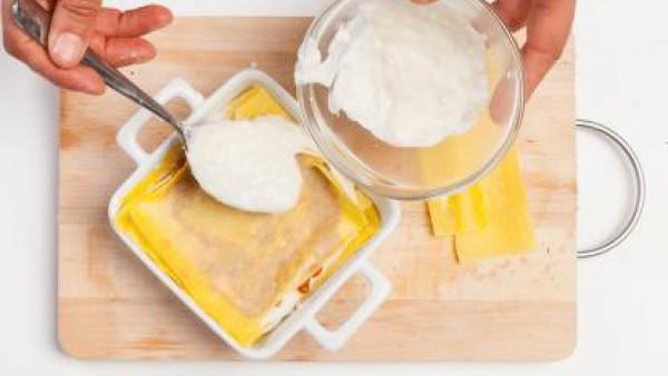 Rellena la lasaña, alterando una capa de salsa boloñesa y Mi Salsa Bechamel. Cubre con una última placa de lasaña y añade queso rallado. Hornea durante 15 minutos y sirve.