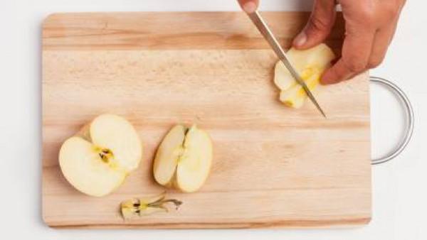 Pela las manzanas y corta en trozos. Exprime el jugo de 1 limón; y ralla su piel. Por separado, prepara ½ taza de la mazanilla con agua hirviendo.