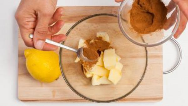 En un bol, vierte la manzana, el jugo de limón y la canela. A continuación, añade la mantequilla, los huevos y la caña de azúcar; a continuación, remueve bien. Finalmente, vierte la harina de arroz, l