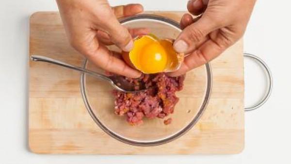 En un bol, añade la carne, curry, una pizca de pimienta y el huevo. Revuelve bien hasta que la mezcla sea homogénea, y en forma de bola para pasarla luego en pan rallado.