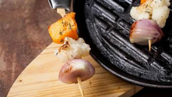 Sirve las brochetas de verduras acompañadas de salsa picante.