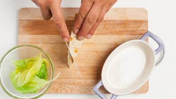 Mientras tanto, corta el queso y remoja el pan en un poco de Caldo Casero de Pollo 100% Natural, justo después de haberlo tostado.