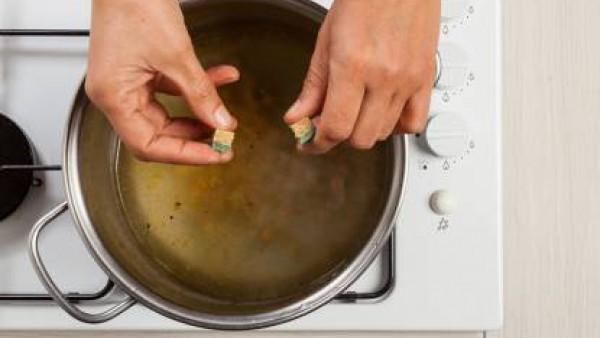En una olla, dora la cebolla y el ajo; añade los garbanzos, agua y el Avecrem Caldo de Pollo.