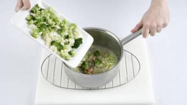 En una sartén, saltea la col; a continuación, añade las patatas, el ajo y el Caldo Casero de Verduras 100% Natural. Cocina a fuego alto.