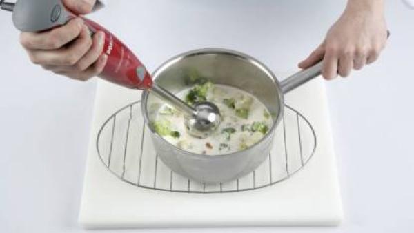 Cuando se absorba casi todo el líquido, tritúralo con la batidora; sazona con sal y pimienta y sirve con pan casero tostado.