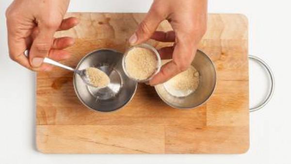 Cubre el fondo de los moldes con azúcar moreno y cuece en la parrilla del horno durante 10 minutos. o por lo menos hasta que el azúcar se haya disuelto.