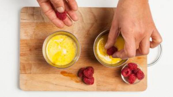 Vierte la mezcla en moldes, hunde las frambuesas y cuece en baño María durante 30 minutos a 160 ° C. Después de la cocción, espolvorea la canela fresca y el azúcar y sirve después de pasar el quemador
