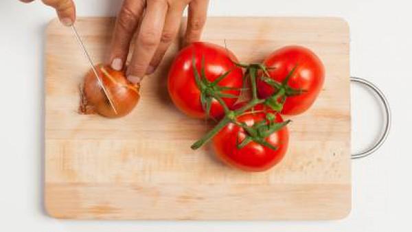 Después de cocinar, pela y tritura las patatas en un cuenco. Añade la lubina hervida, 1 diente de ajo y mezcla bien. Forma las mini hamburguesas y cocina en el horno hasta que estén bien doradas. Por