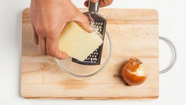 Por separado, ralla el queso. Al terminar de la cocción de las alcachofas, añade el queso y el arroz. Pon pimienta y sirve con más queso.