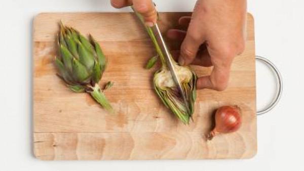 Limpia las alcachofas, quitando las hojas exteriores y la barba en el interior. Corta en trozos. Por otra parte, en una olla grande, hierve agua con sal.