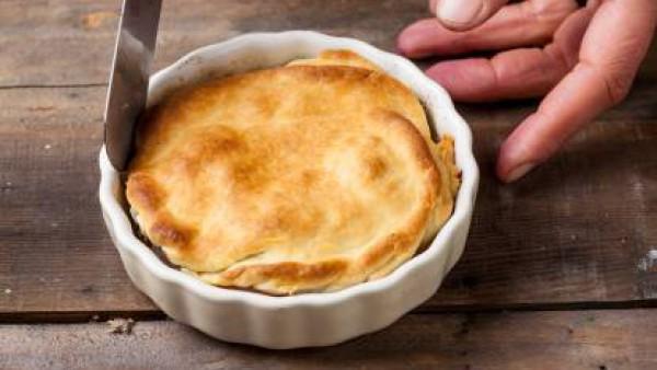 Vierte la mezcla de cebollas y carne en el molde. Cubre con la pasta brisa, y haz pequeños agujeros. Hornea a 200 ° C durante 20 minutos. Sirve la tarta adornada con vinagre balsámico.