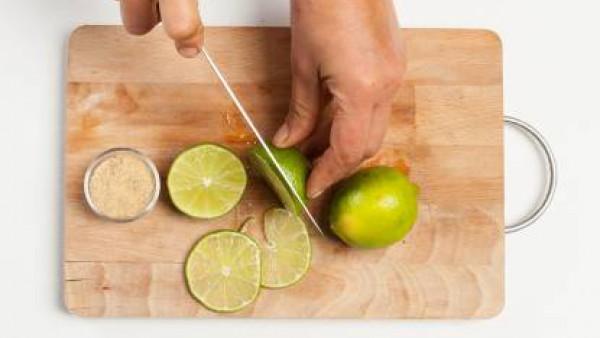 Prepara 1 taza de camomila; exprime el jugo de 1 limón. En un bol, vierte la infusión y el limón y mezcla bien.
