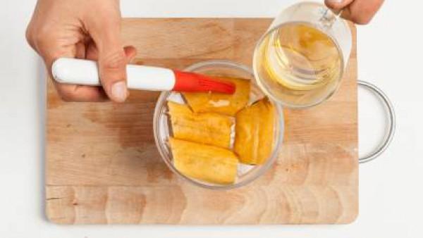 Forra el fondo de un molde para hornear con una primera capa de bizcochos, vierte el jugo de limón y la manzanilla. Cubre con la nata montada y el azúcar. Repite la operación al menos una vez más, for