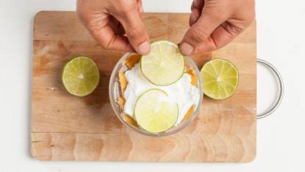 Cubre la última capa de tiramisú con rodajas de limón y nata montada. Guarda en el refrigerador durante por lo menos 1 hora y luego sirve.