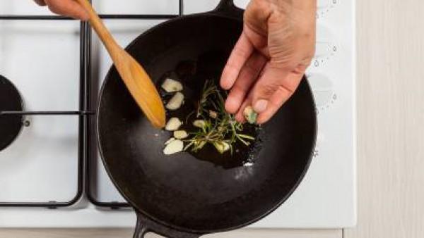 Después de unos minutos, añade el Avecrem Dúo de Tomate y continúa la cocción a fuego lento durante 15 minutos. Si las zanahorias te quedan secas, vierte un poco de agua.