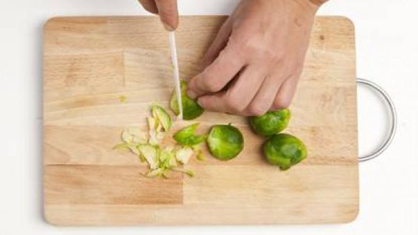 Pica las coles, agrégalas a la mezcla de papas y huevos y sazona con sal y pimienta.