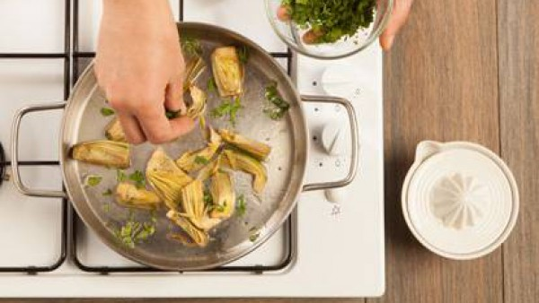 Saltea en una sartén las alcachofas con la cebolla picada en un poco de aceite de oliva virgen extra. Cuando esté casi cocida añade el perejil fresco picado.