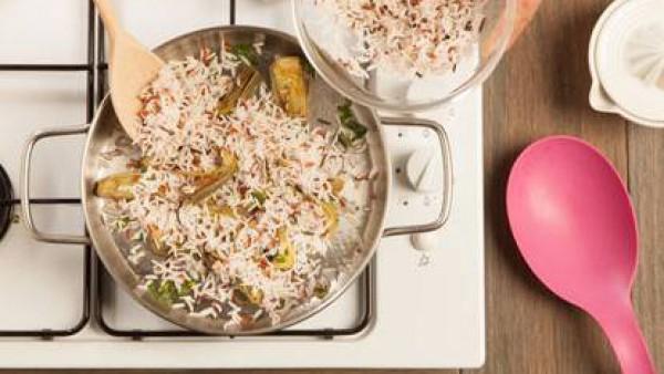 Cuece el arroz en un caldo hecho con el Avecrem. Cuando esté cocido, escurre el exceso de caldo y saltéalo junto con las alcachofas.