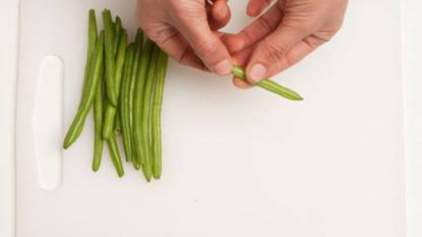 Lava las judías verdes y elimina con cuidado la punta.