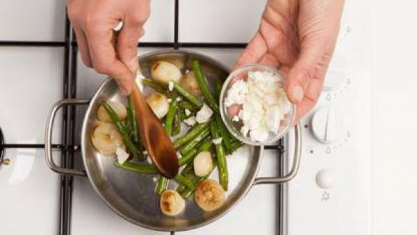 Cocina por unos minutos las cebollas y judías verdes en caldo de verduras. Escurre y luego déjalo freír en aceite de oliva virgen extra, y cocina por 3 minutos. Añade la salvia finamente picado y pimi