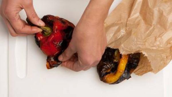 Cuece los pimientos en el horno a una temperatura de 200 ° con la parrilla durante unos 10 minutos. y hasta que estén bien ennegrecidos. Deja enfriar, pela y corta en rodajas de ancho por lo menos de