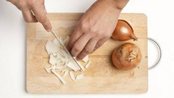Pela la cebolla y pícala finamente.