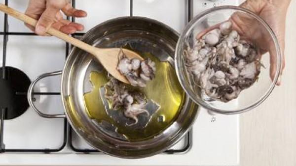 Añade los pulpitos y dora a fuego alto durante 5 minutos. Añade las hojas de laurel, pimienta molida y pimentón, Avecrem Pescado -30% de sal y cocina por otros 10 minutos. Por último añade el tomate f