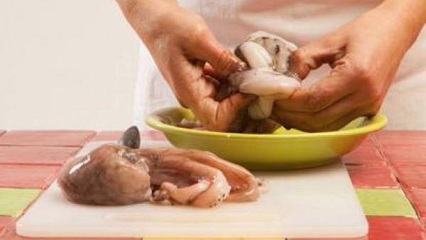 Limpia bien el pulpo y quítale las entrañas.