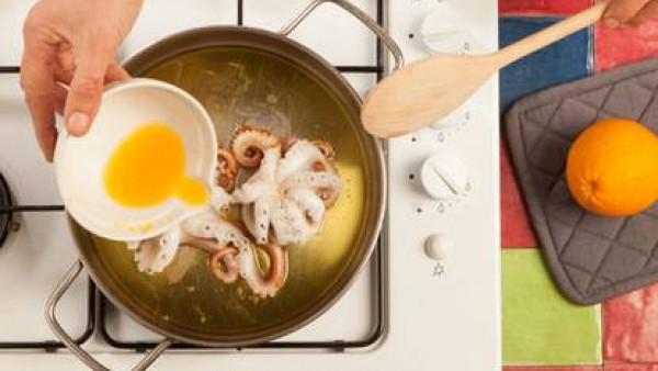 Dora los pulpos en el aceite de oliva, añade las verduras y el caldo junto al jugo de naranja. Después continúa la cocción con la olla tapada durante 15 minutos o hasta que estén tiernos. Sazona con s