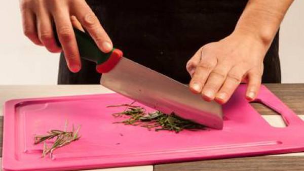 Pica las hierbas, por ejemplo, romero, salvia y cebollino. Haz lo mismo con las nueces.
