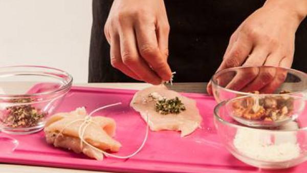 Prepara los rollitos rellenando los filetes de pavo con hierbas y nueces picadas, el queso rallado y una loncha de queso para fundir. Ata los rollitos con hilo de cocina. Fríe en aceite de oliva virge