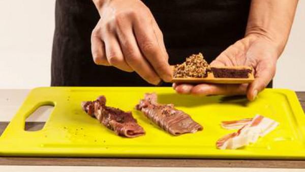 Enrolla las lonchas y añadiendo las semillas de mostaza tostadas.