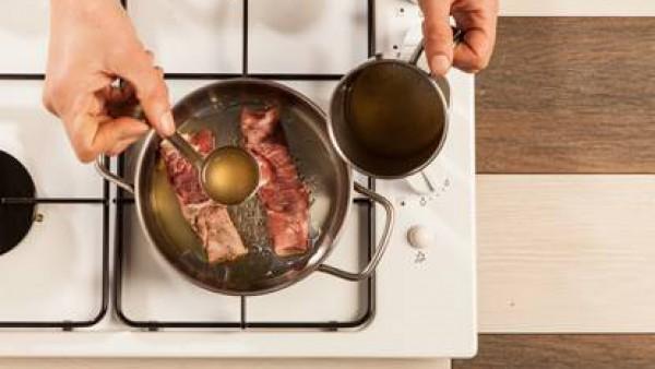 Fríe los rollitos con el aceite de oliva virgen extra, luego agrega 1 pastilla de Avecrem Dúo Guisos de Carne disuelto en un vaso de agua y cocina durante unos 10-12 min.