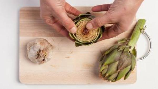 Limpia las alcachofas quitando las hojas exteriores, la barba central y las puntas.