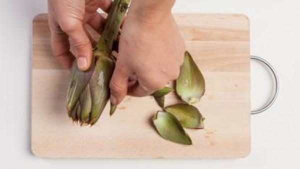 Limpiar las alcachofas y cortar en trozos.